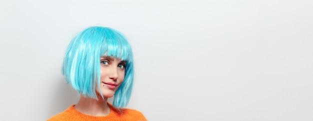 파란 머리와 복사 공간 흰색 배경에 눈을 가진 젊은 여자의 파노라마 초상화.
