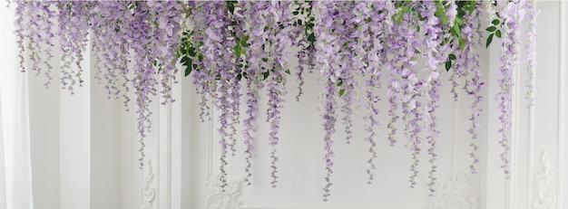 パノラマパープルカラーの美しい花が天井から吊り下げられました