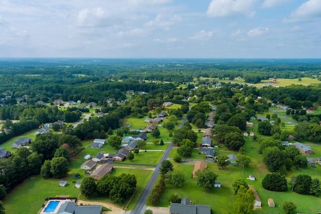 米国サウスカロライナ州のボイリングスプリングスの町の通りと家のパノラマ住宅の小さな村の風景の空中写真