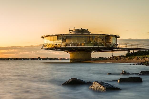 석양 실루엣 guaba 해안가에 파노라마 레스토랑