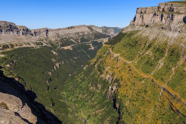 Панорамный сенда-де-лос-касадорес в национальном парке ордеса-монте-пердидо в уэске. концепция известных мест в природе