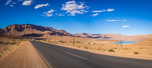 モロッコのアトラス山脈の道をパノラマ撮影