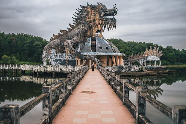 Ripresa panoramica di un parco acquatico abbandonato nel lago thuy tien in hương vietnam