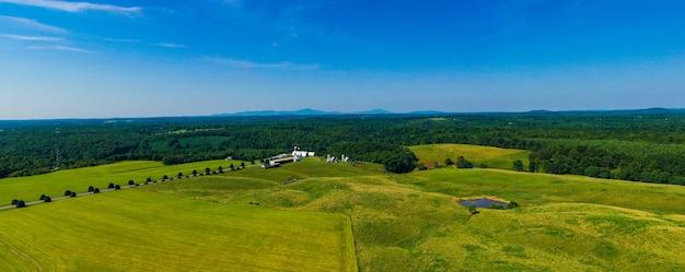 Scatto panoramico di un bellissimo paesaggio di terreni agricoli e montagne in virginia, usa