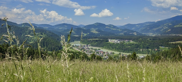 Ripresa panoramica di un bellissimo paesaggio nella valle di vuzenica, regione della carinzia, slovenia