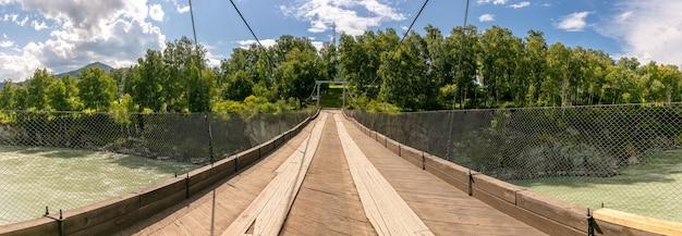 Scatto panoramico di una passerella a baldacchino su un fiume