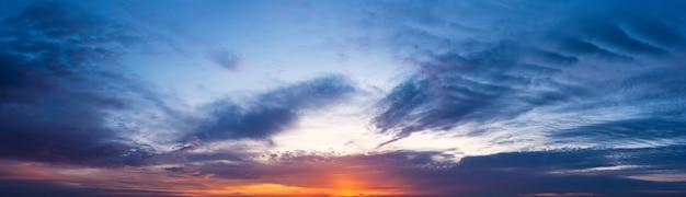 일몰에서 아름 다운 하늘의 파노라마 샷입니다. 황혼에 하늘의 자연 풍경입니다.