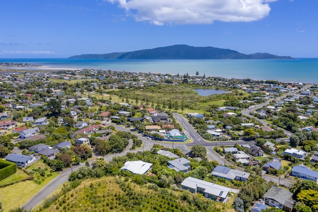 Панорамный снимок прибрежного городка под голубым небом