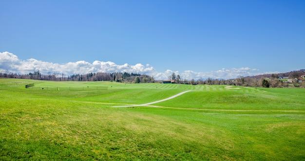 日当たりの良い夏の日にスロベニア、オトセックのゴルフコースのパノラマ撮影
