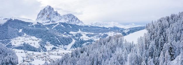 아름다운 눈 덮힌 산의 파노라마 샷