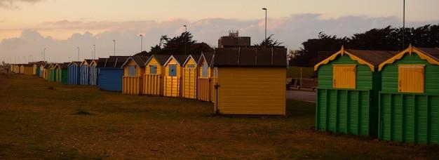 Панорамный снимок красочных домиков на закате