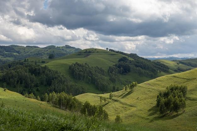 Панорамный снимок живописного природного парка апусени в регионе трансильвания в румынии