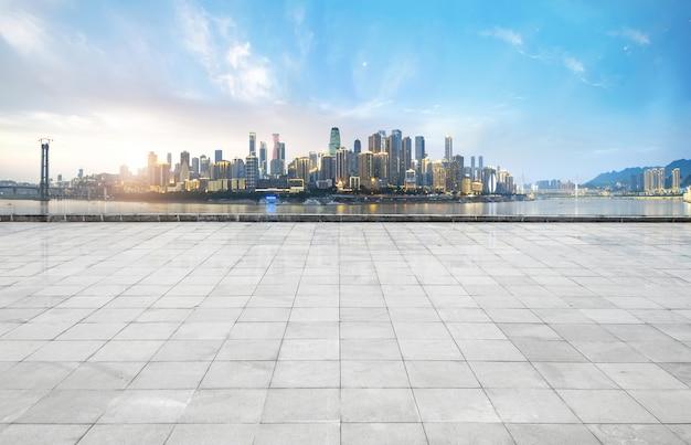 パノラマのスカイラインと空のコンクリートの正方形の床、重慶、中国の建物