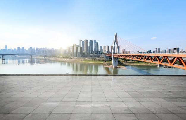 Orizzonte panoramico ed edifici con pavimento vuoto di cemento vuoto
