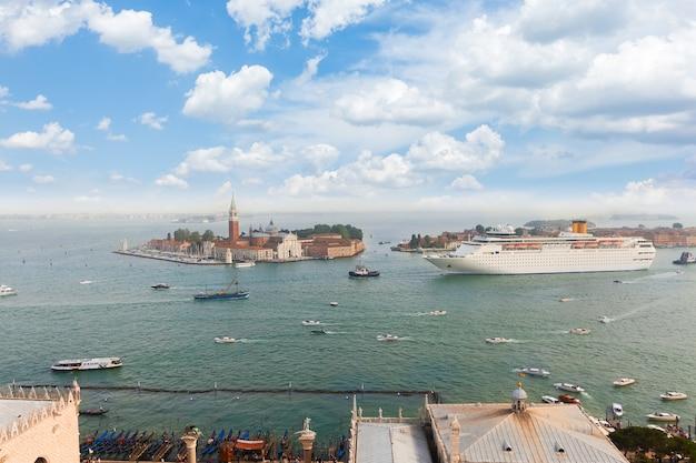 Панорамный горизонт лагуны старого города венеции, италия