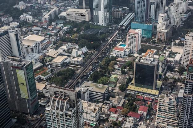 Панорамный вид на бангкок с высоты птичьего полета сверху пик власти короля маханахон 78-этажный небоскреб, самая высокая зона наблюдения на открытом воздухе таиланда