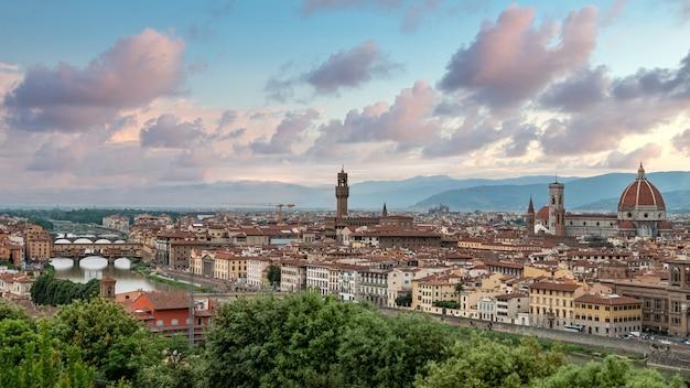 フィレンツェ、ヴェッキオ橋、ヴェッキオ宮殿、フィレンツェのドゥオーモ、イタリアのパノラマの夕日