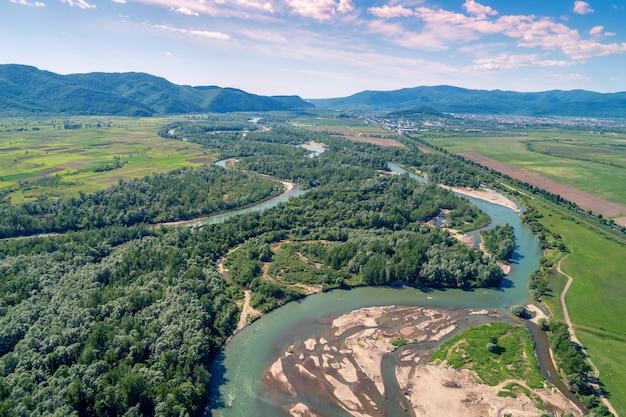 산 골짜기의 탁 트인 최고 볼 수 있습니다. 화창한 날에 구불 구불 한 강. khust 마을, transcarpathian 지역, 우크라이나 근처 tisza 강