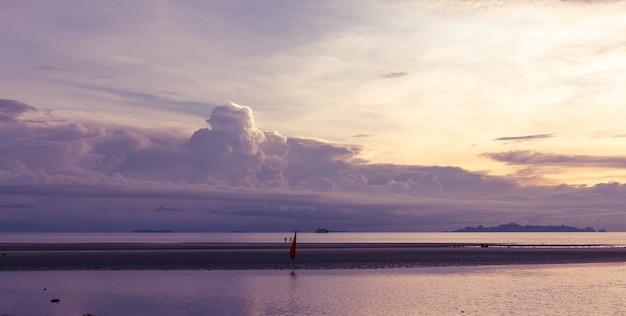 큰 구름과 파노라마 열 대 보라색 바다 하늘 일몰