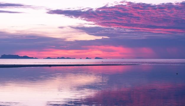Панорамный тропический фиолетовый морской закат с золотым светом