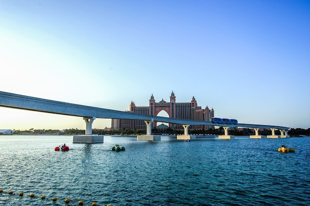 두바이 팜 주메이라(palm jumeirah)에 새로 문을 연 pointe 해안가 식당 및 엔터테인먼트 장소의 탁 트인 전망