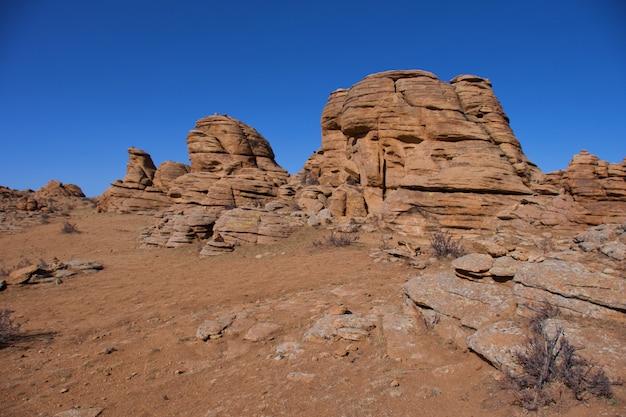 Панорамный вид бага газриин чулуу, монголия, скала и сложенные камни в национальном парке монголия