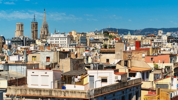 Vista panoramica di barcellona, più tetti di edifici, vecchie cattedrali, spagna