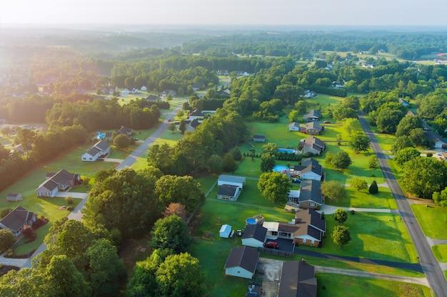 パノラマビュー米国サウスカロライナ州の家の小さなスリーピングエリアの屋根のボイリングスプリングスの町の田園風景