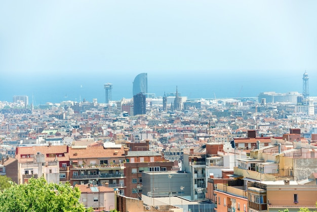 건물과 푸른 바다가 있는 도시 바르셀로나의 탁 트인 전망