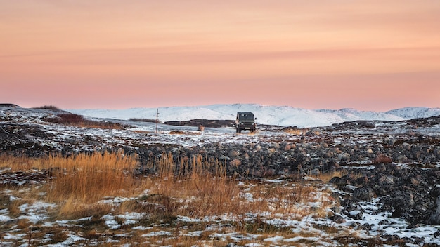 Панорамный вид высадки туристов на машине. ледяная скользкая арктическая дорога через тундру. зимняя териберка.