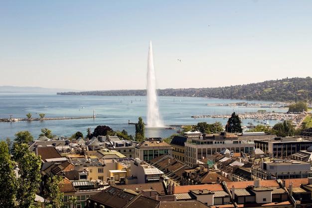 上から夏の日の街と湖のパノラマビュー。ジュネーブ。スイス。