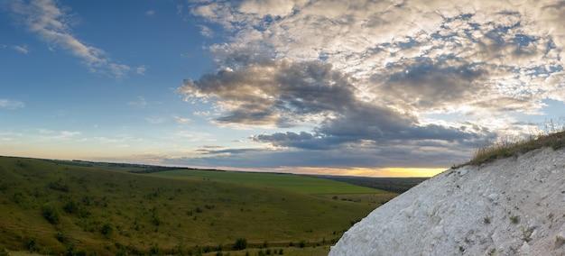 チョークから牧草地や野原までの丘からのパノラマビュー。日没前にロシアで撮影。