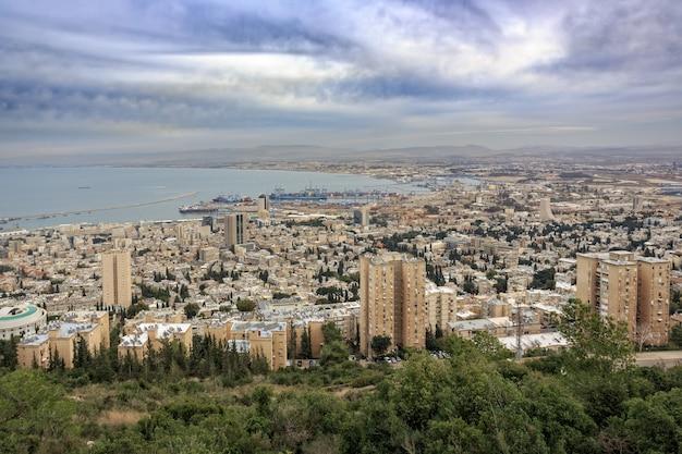 Панорамный вид с горы кармель на городской пейзаж и порт в хайфе, израиль.