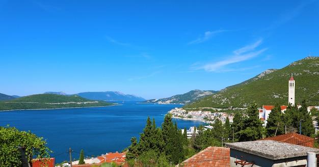 Панорамный вид из города неум в боснии и герцеговине, европа