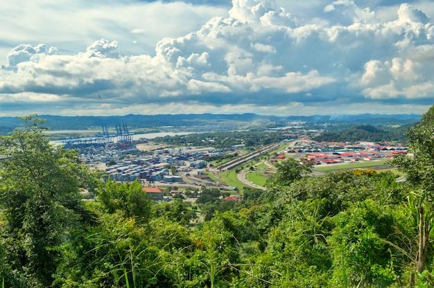 Панорамный вид контейнеров с холма анкон с горами и голубым небом на заднем плане