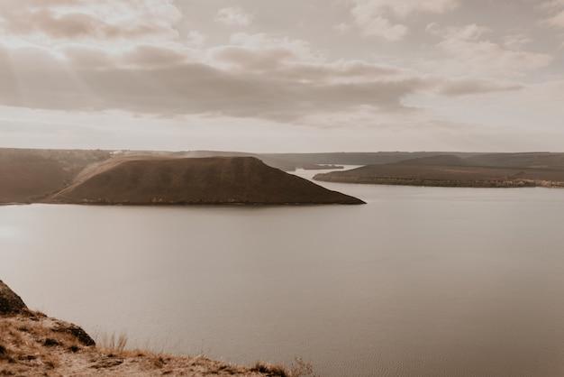 Панорамный вид со скалы на большое речное озеро и море вдали силуэты островов