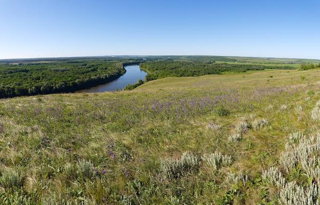Панорамный вид с холмов на долину реки дон. пейзаж центральной части россии.