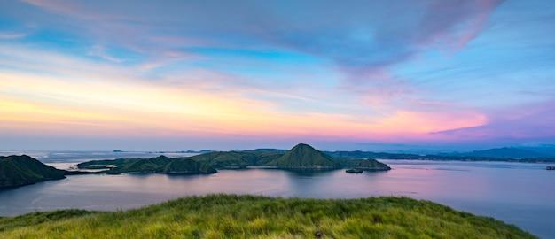 Панорамный вид с вершины острова падар на закате, национальный парк комодо