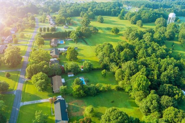 パノラマビューの高さの風景ボイリングスプリングスの町米国サウスカロライナ州のアメリカの小さな町のスリーピングエリア
