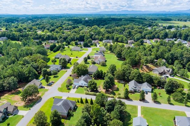 パノラマビューの高さの風景ボイリングスプリングスの町アメリカサウスカロライナ州のアメリカの小さな町のスリーピングエリア