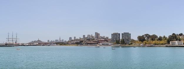 サンフランシスコ市の沿岸地域のパノラマビュー
