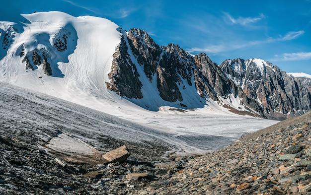 高地の高原にある氷河のパノラマビュー。