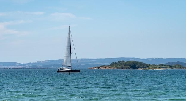 海でセーリングしている高級ヨットのパノラマビュー。リアスバイシャス海、ガリシア、スペイン