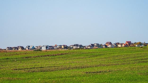 緑の野原にあるモダンなコテージ村のパノラマビュー。ロシア。