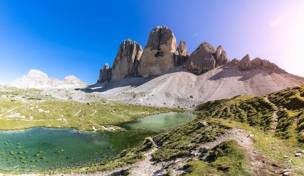 Панорамный вид на горное озеро недалеко от знаменитого tre cime di lavaredo. южный тироль, италия