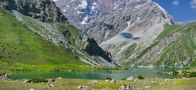 タジキスタンの山々に湖と山の谷のパノラマビュー