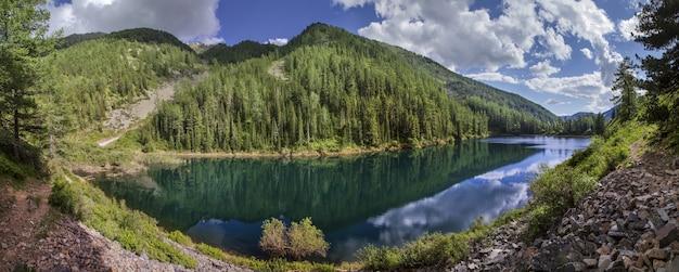 夏の日の絵のように美しい山の湖のパノラマビュー