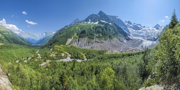 Панорамный вид на живописную горную долину на северном кавказе