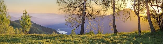 アルタイ山脈の美しい日の出のパノラマビュー