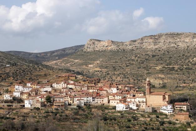 テルエル県の小さな絵のように美しい村のパノラマビュー